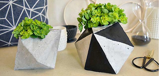 Fabriquez un cache-pot en ciment aux motifs géométriques.