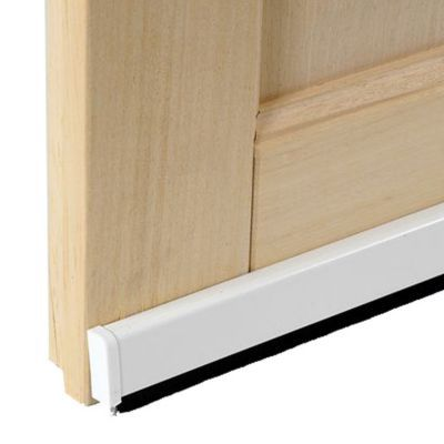Bas de porte universel brosse blanc 93 cm. Bas de porte adhésif pour tous types de portes et sols, même irréguliers grâce à sa brosse flexible qui s'adapte automatiquement aux différences de niveaux de sol. Isole et protège du froid, du vent et de la pous