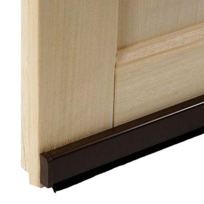 Bas de porte universel brosse marron 93 cm. Bas de porte adhésif pour tous types de portes et sols, même irréguliers grâce à sa brosse flexible qui s'adapte automatiquement aux différences de niveaux de sol. Isole et protège du froid, du vent et de la pou