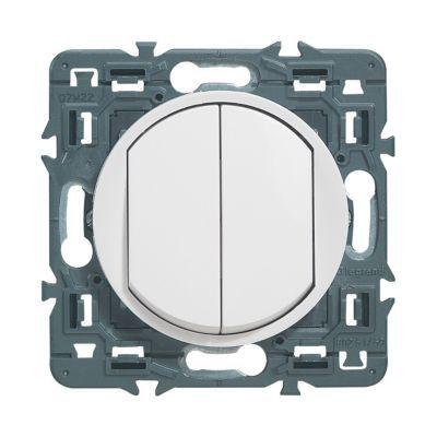 Double poussoir LEGRAND Céliane 6 A. S'utilise dans le cas où le nombre de points de commande pour un même circuit lumière est supérieur à deux. A associer à un télérupteur 6 A, puissance maxi 2 300 W en 230 V~. Enjoliveur blanc.Oubliez la fonctionnalité