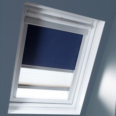 Store duo Bleu M04. Pour fenêtre de toit. Matière : Tissu 100% polyester, revers thermique. Profils et cadre en aluminium anodisé. Plissé tamisant. Blocage à niveau. Dimensions : l.78 x h.98 cm. Coloris : Bleu et blanc. Compatible avec les produits Velux.