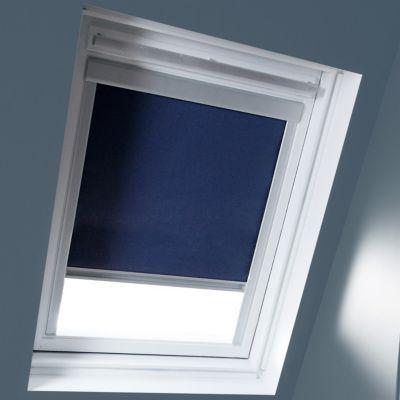 Store occultant Bleu C02 C04. Pour fenêtre de toit. Matière : Tissu 100% polyester, revers thermique. Profils et cadre en aluminium anodisé. 100% occultant. Blocage à niveau. Dimensions : l.55 x h.78/98 cm (recoupable). Coloris : Bleu. Compatible avec les
