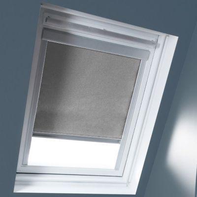 Store occultant Gris S06. Pour fenêtre de toit. Matière : Tissu 100% polyester, revers thermique. Profils et cadre en aluminium anodisé. 100% occultant. Blocage à niveau. Dimensions : l.114 x h.118 cm. Coloris : Gris. Compatible avec les produits Velux.