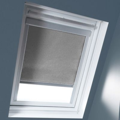 Store occultant Gris clair SK06. Matière : Tissu 100% polyester, revers thermique. Profils et cadre en aluminium anodisé. 100% occultant. Blocage à niveau. Dimensions : l.114 x h.118 cm. Coloris : Gris clair. Compatible avec la nouvelle génération de fenê