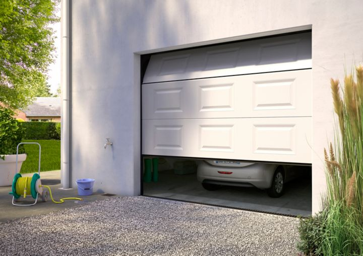 Installer une porte de garage sectionnelle castorama for Installer chatiere porte garage
