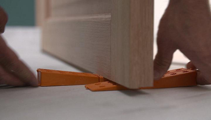 comment poser une poign e de porte castorama. Black Bedroom Furniture Sets. Home Design Ideas