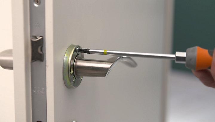 Comment poser une poignée de porte | Castorama