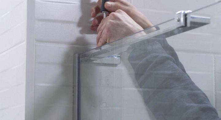 Installer une porte et une paroi de douche
